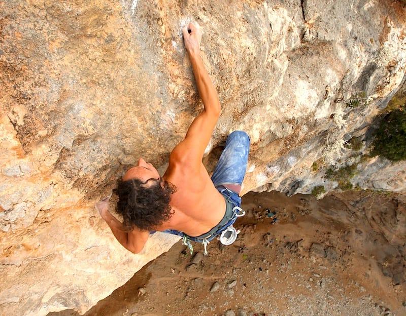 Fryktløs: Henning Wang er 70 meter over bakken – på en lang runout, mens han topper ut Morgan Adam est une andalouse (8b) på Kalymnos. Foto: Dag Hagen