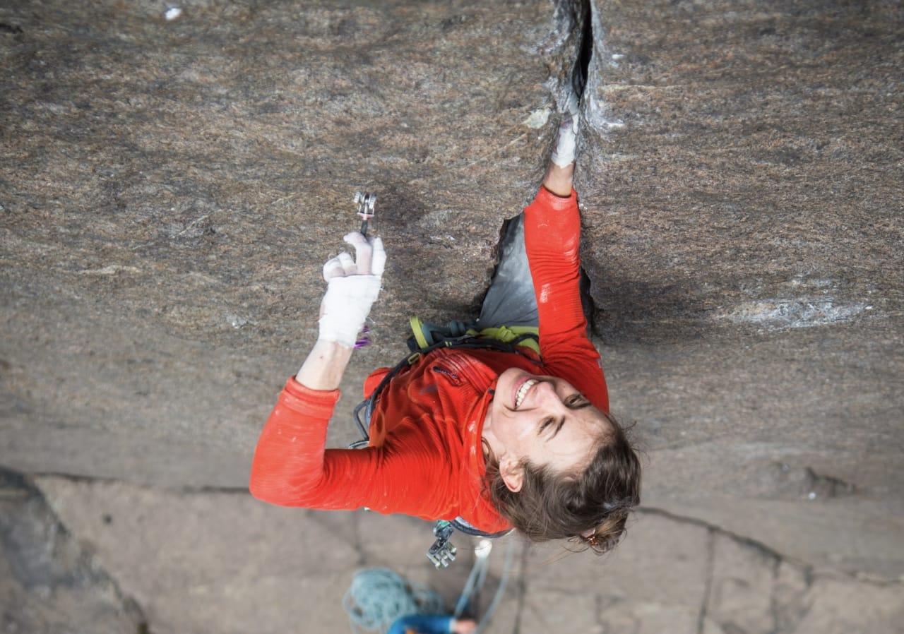 Mari Augusta Salvesen på Ronny Medelsvensson (9) på Profilveggen i Jøssingfjord. Foto: Øyvind Salvesen