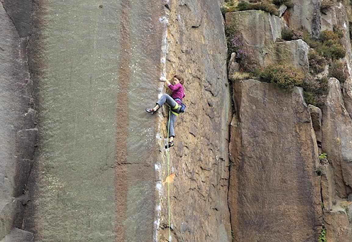 Mari Augusta Salvesen går Masters Edge (E7 6c), Millstone Edge quarry, Peak Districct. Foto: Mike Hutton