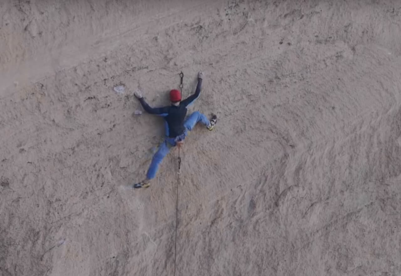 Adam Ondra onsighter Just Do It (8c+) i Smith Rock. Skjermdump fra Youtube.