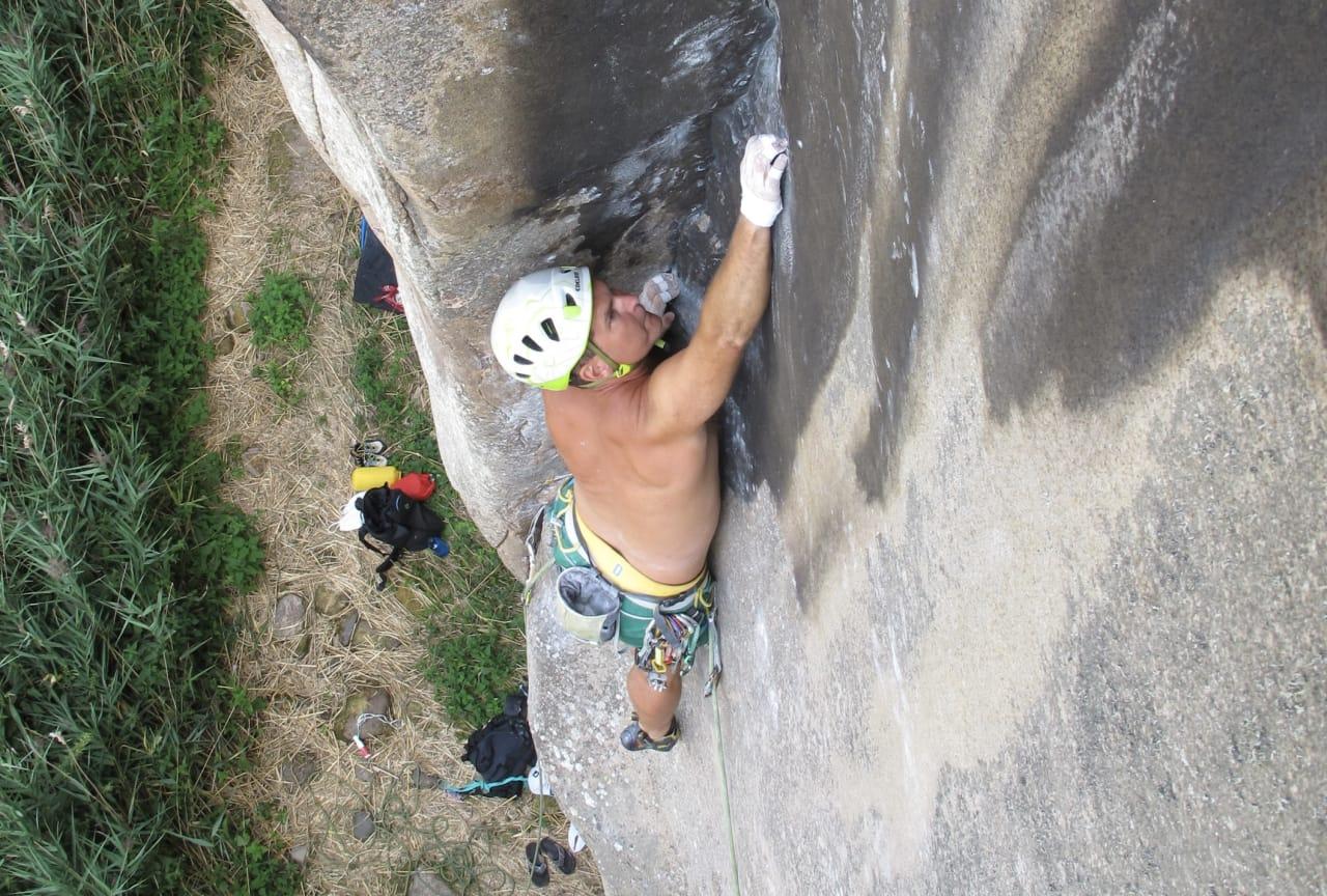Richard Ekehed på førstebestigningen av Milarepa (8-/8) på Keberget. Foto: Nicklas Raynbeau
