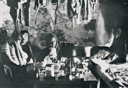 Bjørn Ræder til høyre og Conrad Kroepelien til venstre  på Hytta på Bandet, trolig en gang i slutten av 1930 -åra. Foto: Boss Walther