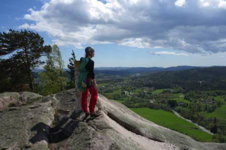VAKKERT: Hanna Hagen Bjørgass med nydelig utsikt på toppen av Vardåsen. Foto: Dag Hagen