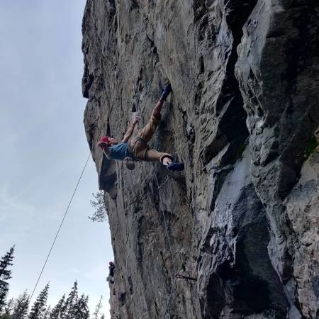 Teodor på Pump Fiction (8b+) på Fetsund.