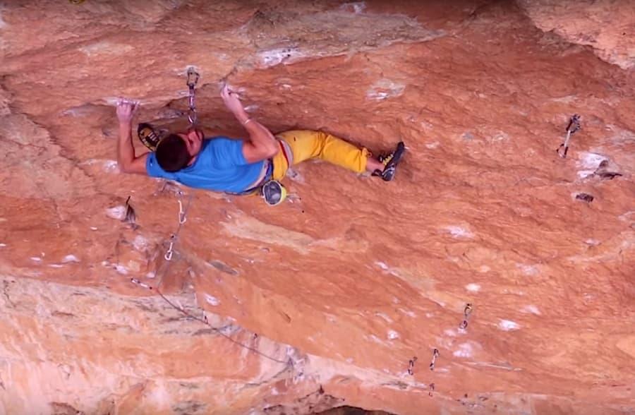 Edu Marin klatrer La Reina Mora (8c+/9a) i Siurana. Foto: Skjermdump fra filmen