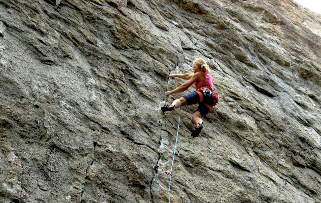 Paula Voldner går Vri åtter (8) på Gråveggen, Hauktjern. Denne veggen berøres heldigvis ikke av klatreforbudet. Foto: Dag Hagen