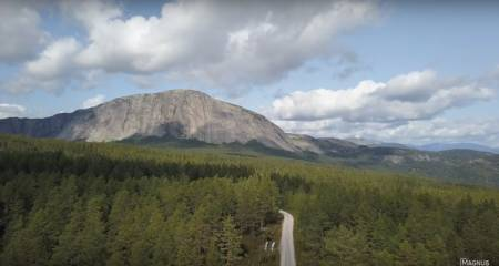Hægefjell innbyr til klatring, og Magnus Midtbø tok selvsagt turen til festivalen. Bildet er hentet fra dronefilm, laget av David Engeland.