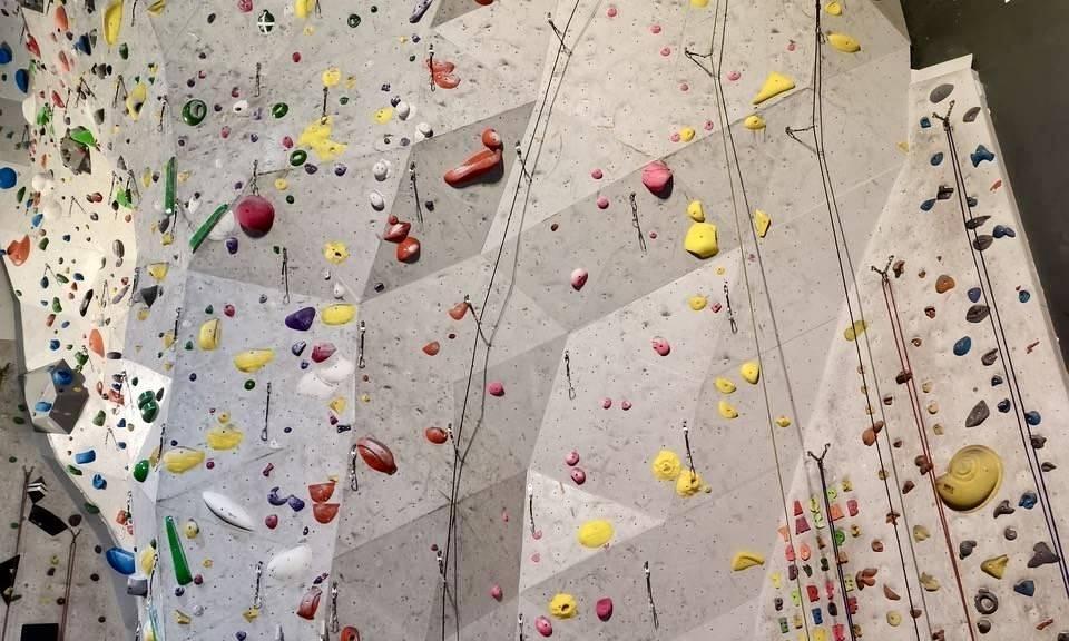 Dersom du ikke kan holde 1 meters avstand anbefaler enkelte klatresentre å bruke munnbind. Foto: Klatreverket