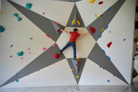 TRONDHEIM STENGER NED: Men barn og unge under 20 år kan trene på klatresenter fortsatt. Så helt stengt er det ikke. Her fra buldring på Grip Sluppen. Foto: Vegar Herstrøm