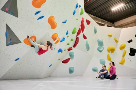ÅPNER IGJEN:  Nå kan de over 20 år klatre innendørs på klatresentrene igjen i Trondheim. Foto: Vegar Herstrøm