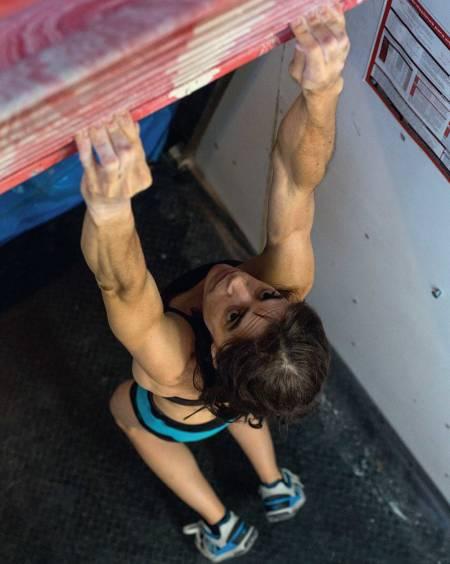 Bildetekst: Proff: Klatretrener Eva Lopez i sving på sitt eget Transgression board. Foto: Javier Pérez López-Triviño