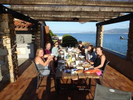 Morgenstund: Frokost with a view – hver morgen starter med frisk frukt, kaffe og kikking i føreren for dagens crag. Foto: Sverre P. Jordbakke
