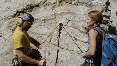 Tøffe Brat tar med seg nybegynner Rose opp i fjellet. Det går ikke bra.
