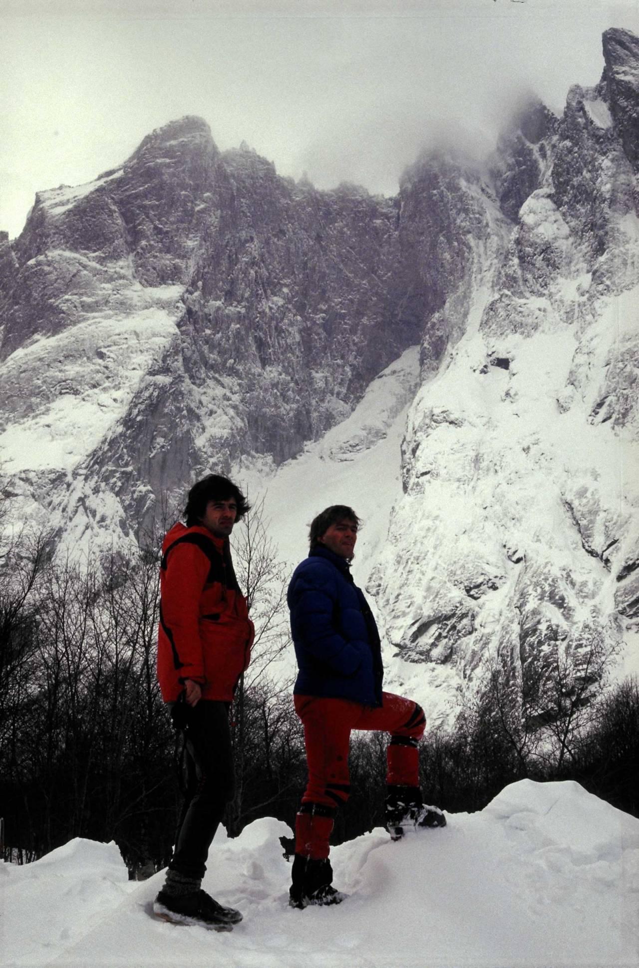 VED TROLLVEGGEN: Øyvind Vadla og Aslak Aastorp under Trollveggen. – Vi ventet på været i en uke mens snøen lavet ned i Romsdalen og vi begynte å bli litt frustrerte. Var jo litt skeptisk til rasfare, men da været endelig snudde var det ingen diskusjon. Vi måtte bare prøve, forteller Aslak. Foto: Jon Grimsmo