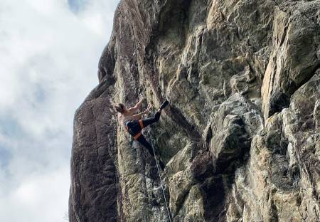 Prosjekterer: Ingrid Kindlihagen på SjimpHansen i Åkrafjorden, en Håkon Hansen-rute som står med grad ca 8b/b+. Foto: Rudi Schrøder