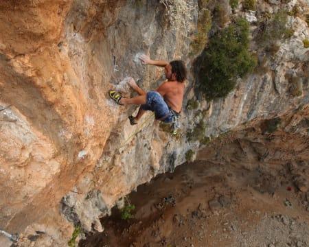 Skal du i 2014 bli like tøff som denne karen var høsten 2012 på Kalymnos? Henning Wang går den 75 meter lange Morgan Adam est une Andalouse (8b) i Sikati cave. Foto: Dag Hagen