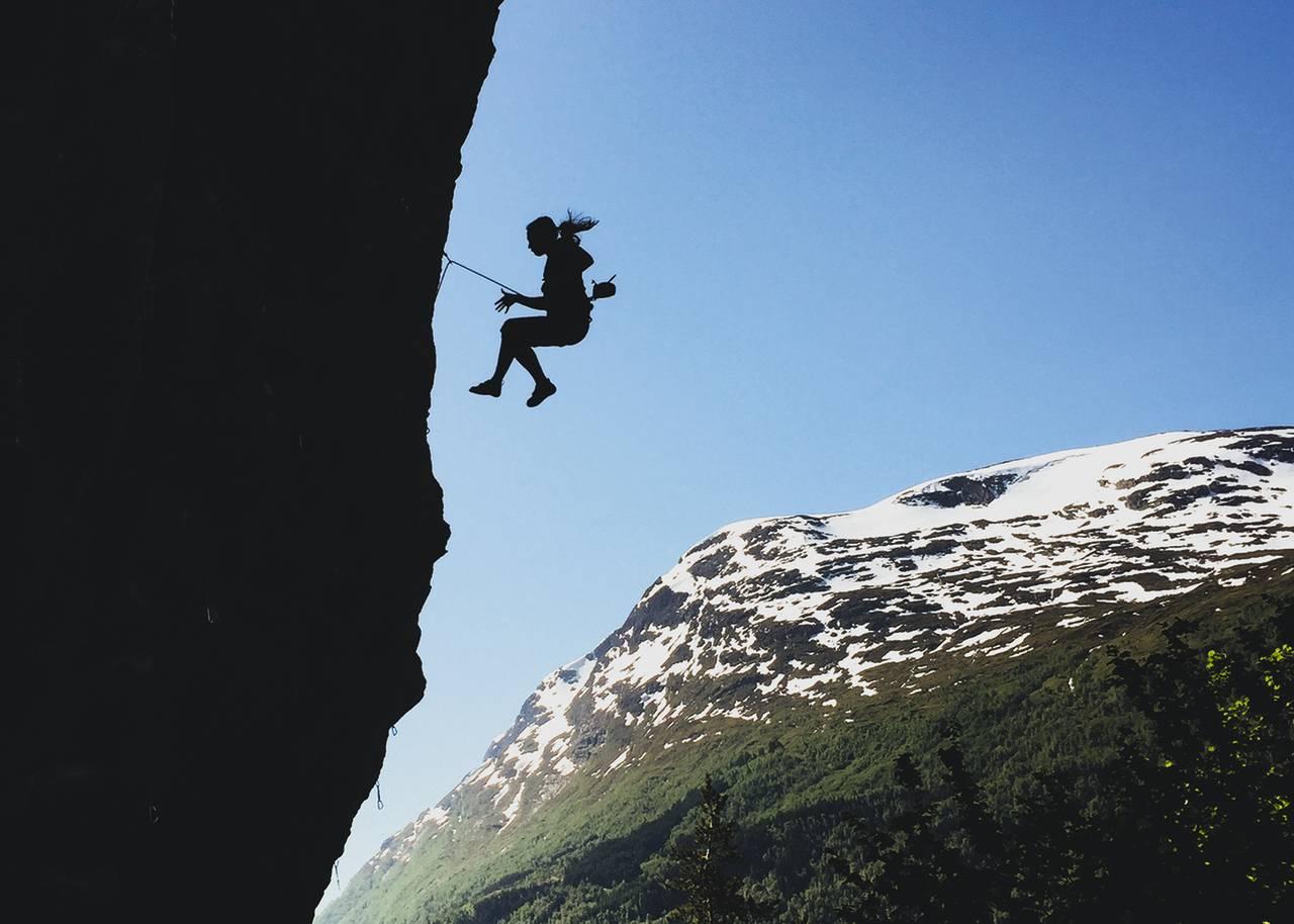 NY BOK FRA FRI FLYT FORLAG: Klatreren Geir Evensen har skrevet bok om hvorfor ulykker skjer i klatresporten, og hvordan kan vi forhindre dem. Foto: Geir Evensen