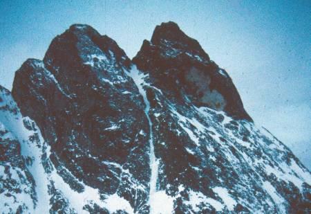 Superlinje: Romsdalshornet sett fra øst. «Halls renne direkte» følger snø- og islinja rett opp til skaret mellom Lillehornet og Romsdalshornet, det vil si til venstre for Normalvegen. Foto: Iver Gjelstenli
