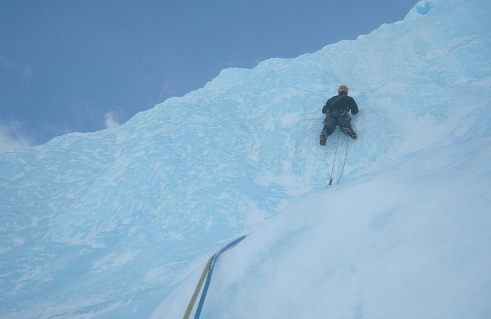 Bjørn Kruse klatrer blå is i april. Foto: Jørgen Aamot