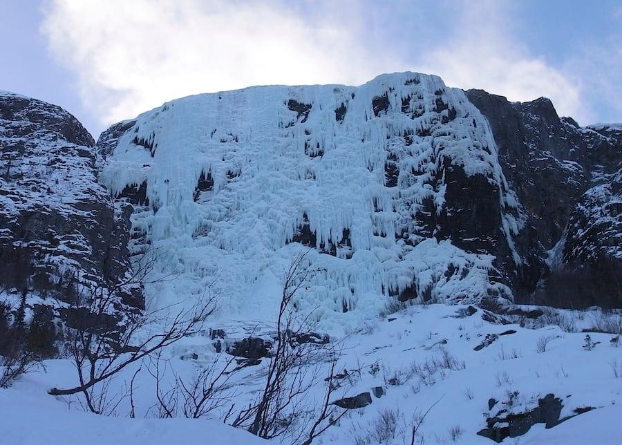 Mektige Hydnefossen. Legg merke til to små prikker opp til venstre. Det var to svenske klatrere som hang på samme sted i flere timer. Det var sterk vind og et voldsomt snøføyk. Vi snudde, men tok turen opp dagen ettter, da var forholdene mye bedre. Foto: Dag Hagen