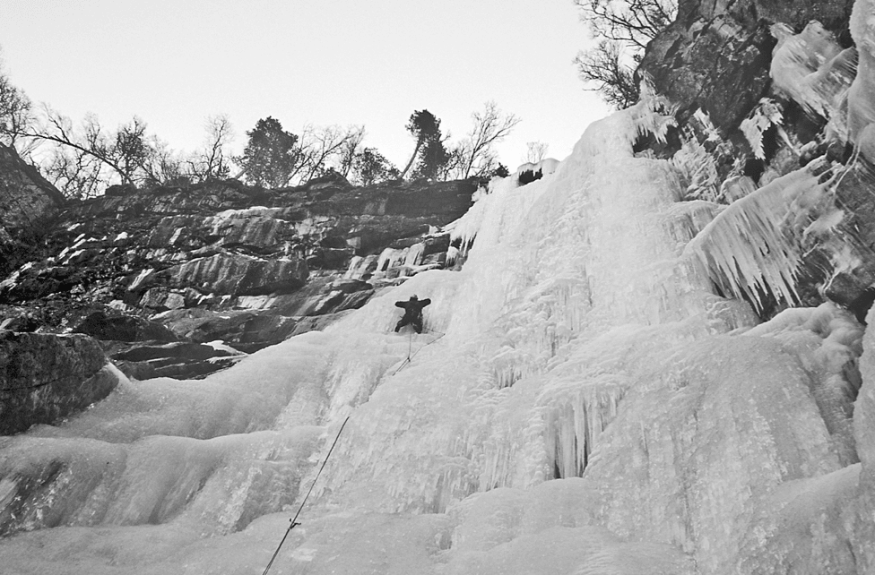 Rune Kvalsnes klatrer første taulengde på Hårek. Foto: Dag J. Vik