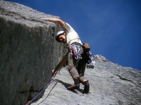 Arne Larsen leder på en av Vestpillarens vakreste lengder; leaning corner.