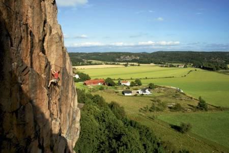 CRACKOHOLIC: Filmen om klatring i Bohuslän bør enhver klatrer med respekt for seg selv ha sett. Her er Jappe Pålsgård på Dr. Feg (skummel 7-) på Häller. Foto: Jonas Paulsson