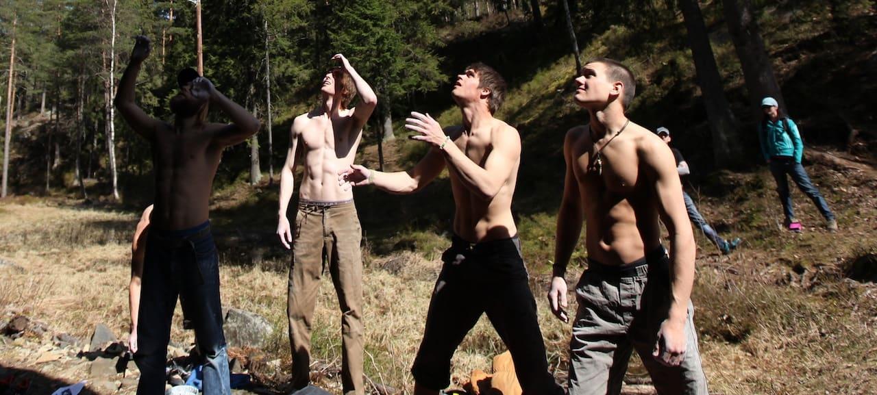 Spotting er en stor del av buldringen og gir menn uante muligheter til å vise muskelspill. Foto: Dag Hagen