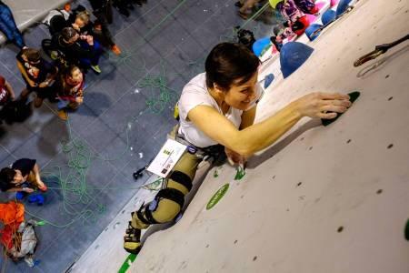 Ta i! Julia Baumgart i veggen. Foto: Dag Stuan