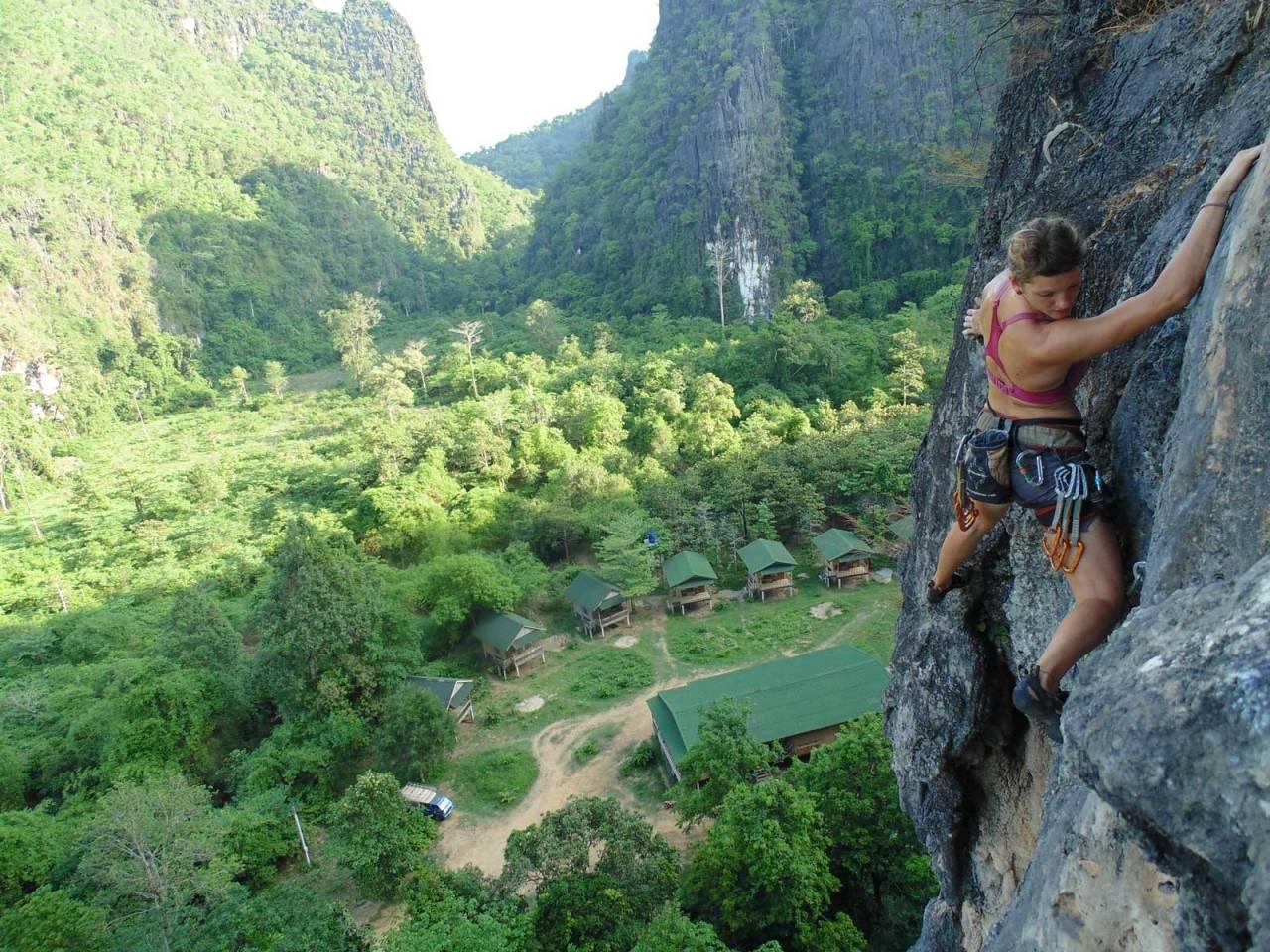 HØYT: Fia Weis klatrer høyt på den 28 me-ter lange Sackflattern (6a) med utsikt over dalen og Camp 1. Foto: Uli Weidner