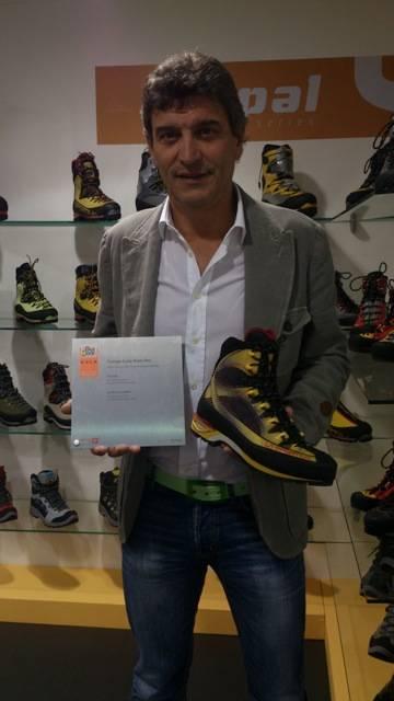 La Sportiva hentet en pris for klatre- og tinderangleskoen Trango Cube Gore-tex. Direktør Lorenzo Delladio viser stolt frem.