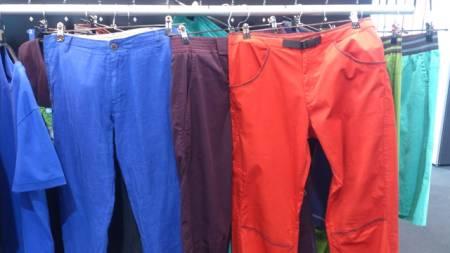 Black Diamond satser hardere på klær. Her er fargerike bukser for neste sesong.