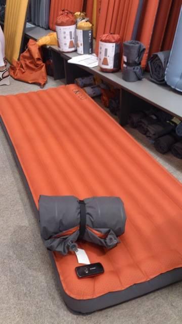 Exped har laget et ekstra tykt oppblåsbart liggeunderlag, med imponerende lite pakkevolum. Ikke anbefalt som crashpad til buldring, men sikkert bra mot søvnløse netter på campingen.