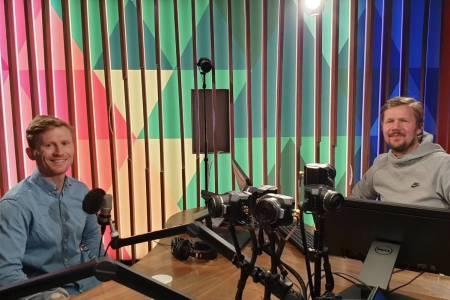 """I STUDIO: Magnus Midtbø og Vegard Larsen i stuido under innspillingen av programmet """"Drivkraft"""" på p2. Foto: Drivkraft / NRK"""