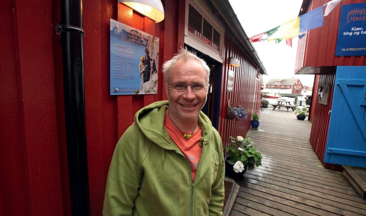 Klatrekafeen: Thorbjørn Enevold foran samlingspunktet for klatrere i Henningsvær. Foto: Dag Hagen