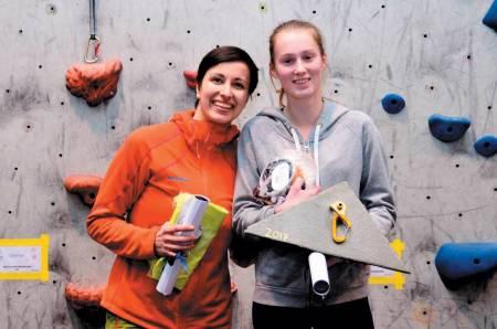 VINNER: Dina på pallen sammen Julia Baumgart i paraklatringkonkurranse i Trondheim. Foto: Dag Stuan