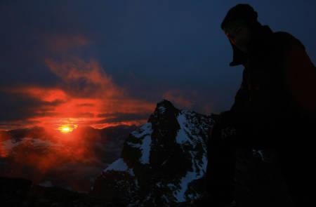 Soloppgang: Etter en fantastisk sommernatt på toppen av Sentraltind våkner kursdeltagerne opp med sola, klare for turen videre over Storen og Dyrhaugsryggen.  Foto: Henning Wang