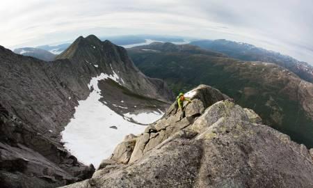 UTSIKT: Brendan Leonard på Kolkjerreryggen (4), en ryggtravers opp nordøstryggen på Akslo. Forest Woodward