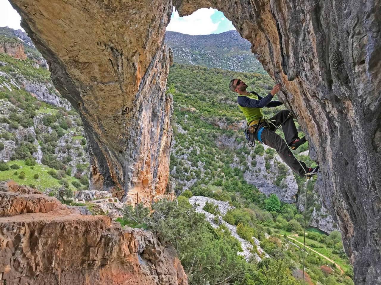 I STØTET: Geir Evensen på Txana (7b+) i Rodellar, Spania på en pausedag fra skrivingen. Foto: Lars Gilberg
