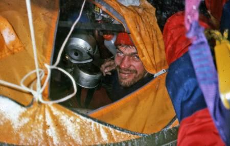 Latok: Øyvind Vadla kikker ut på uværet som gjorde at Den norske Latokekspedisjonen i 1986 måtte snu like før toppen. De tilbrakte 21 døgn på den ekstremt vanskelige og lange nordryggen. Foto: Latok-ekspedisjonen