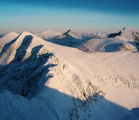 Mektig utsikt: Fra toppen av Storsmeden mot Veslesmeden. Bak Diger-, Midt- og Høgrondene. T.h. Rondeslottet. Foto: Lars Wegge