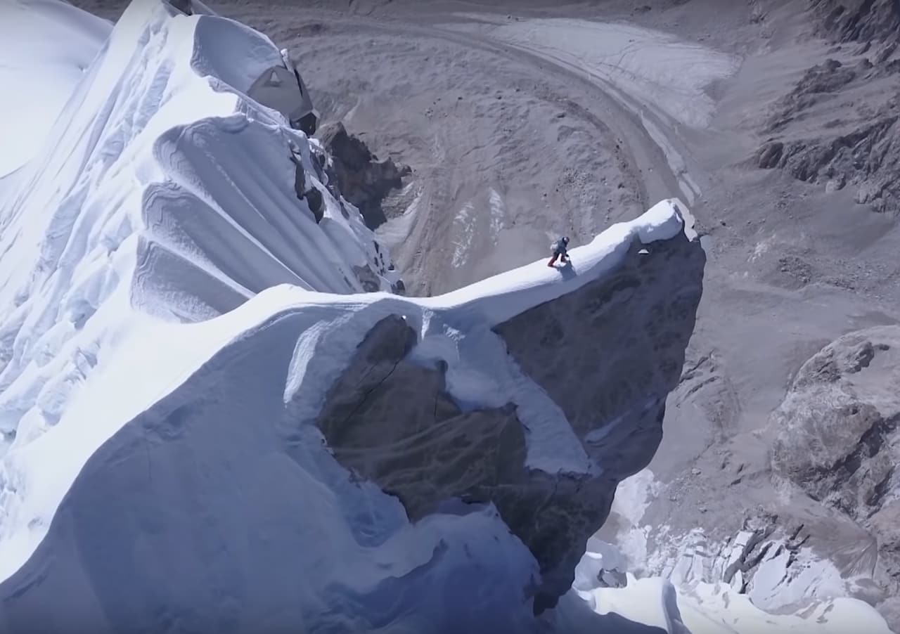 David Lama mot den ytterste topp under førstebestigningen av Lunag Ri (6907 moh). Foto: Dronekamera styrt fra basecamp