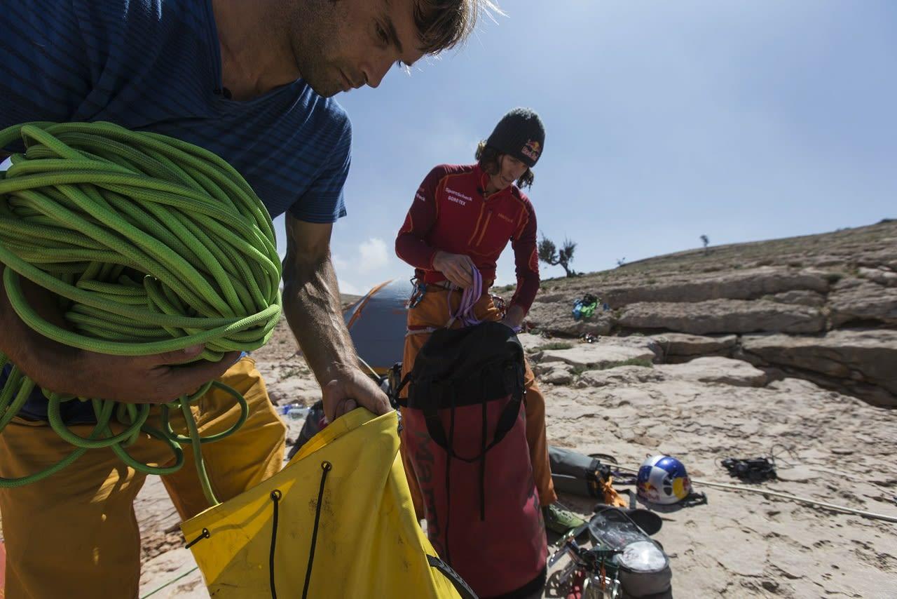 FORBEREDELSER: Chris Sharma (t.v.) og Stefan Glowacz sjekker utstyret før den 160 meter lange rapellen ned i hula.