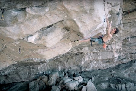 Adam Ondra klipper ankeret på Silence (9c) i Hanshelleren på Flatanger. Verdens hardeste rute er besteget.