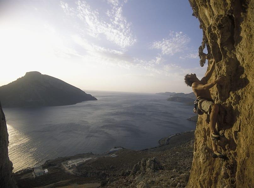 Einar Landmark koser seg på Kerveros (7a) på sektor Spartacus. Foto: Dag Hagen