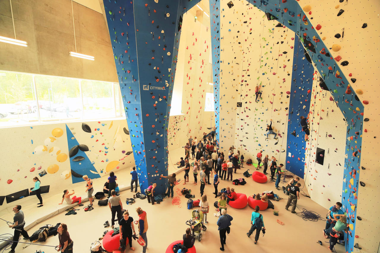 Den nye klatrehallen tiltrakk seg flere hundre besøkende på første åpningsdag. Foto: Stein Tronstad