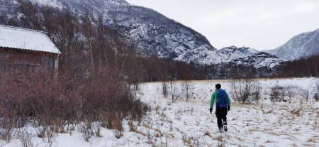 Kjetil passerer en fraflyttet gård omtrent halvveis på returen i Skjørafjorden.