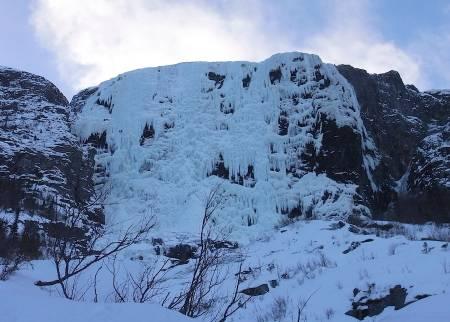 MEKTIGE HYDNEFOSSEN: Legg merke til to små prikker opp til venstre. Det var to svenske klatrere som hang på samme sted i flere timer. Det var sterk vind og et voldsomt snøføyk. Vi snudde, men tok turen opp dagen ettter, da var forholdene mye bedre. Foto: Dag Hagen