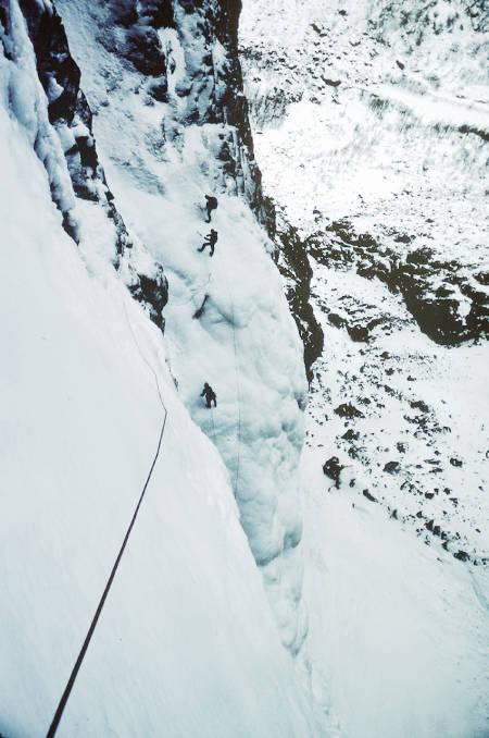 Fra førstebestigningen av Vettisfossen. Håkon Gammelsæter og Tomas Carlström ses nederst i bildet på en islinje ved siden av. Foto: Rob Taylor