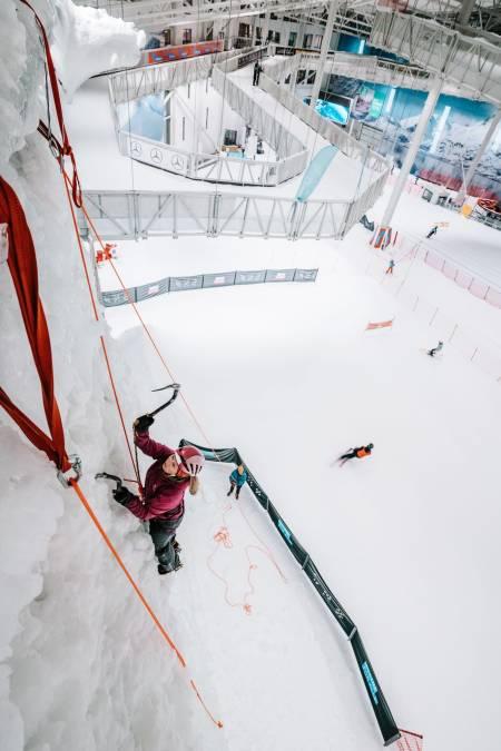 Artikkelforfatter topptauer og tester ut isen på SNØ. Foto: Anders Vestergård.